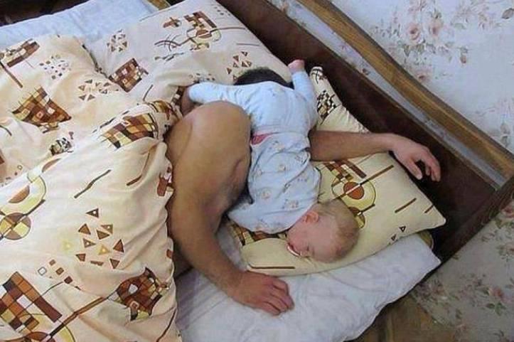 baby-sleep-position-with-dada